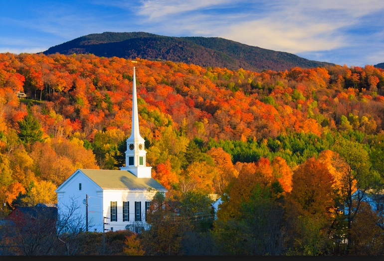 Fall-foliage-in-New-England-with-church.